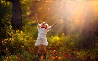 Бесплатные фото ребенок,девочка,лес,лучи солнца,счастье,улыбка,платье