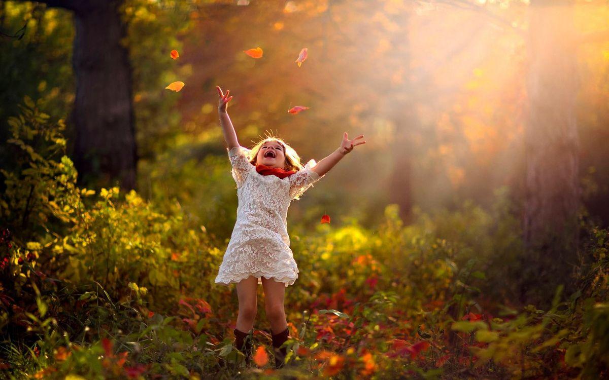Фото бесплатно ребенок, девочка, лес, лучи солнца, счастье, улыбка, платье, ситуации, настроения