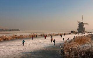 Фото бесплатно зима, река, лед, каток, люди, ветряная мельница