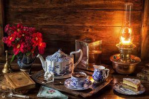 Бесплатные фото стол,лампа,поднос,чайник,кружка,чай,торт