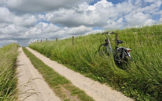 Фото бесплатно загородная, дорога, забор, трава, велосипед
