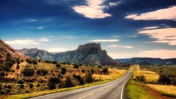Бесплатные фото дорога,асфальт,трава,кустарник,горы,небо
