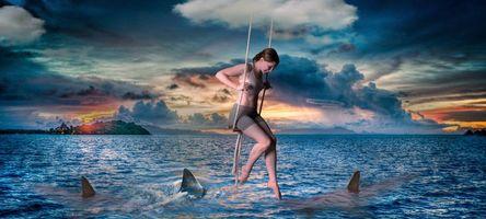 Бесплатные фото море,девушка,качели,акулы,закат
