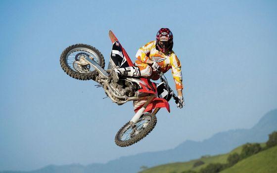 Фото бесплатно мотоциклист, шлем, прыжок
