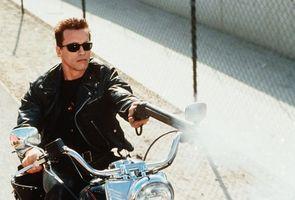 Бесплатные фото Терминатор,Шварценеггер,Арнольд,мотоцикл,ружье,выстрел