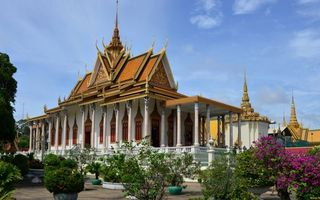 Обои здание, храм, крыша, дизайн, клумбы, кустарник