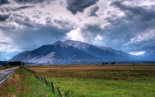 Фото бесплатно дорога, ограждение, поле, трава, горы, небо, облака