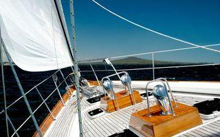Обои яхта, палуба, парус белый, веревки, море, небо