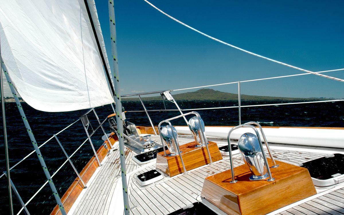 Фото бесплатно яхта, палуба, парус белый, веревки, море, небо, корабли