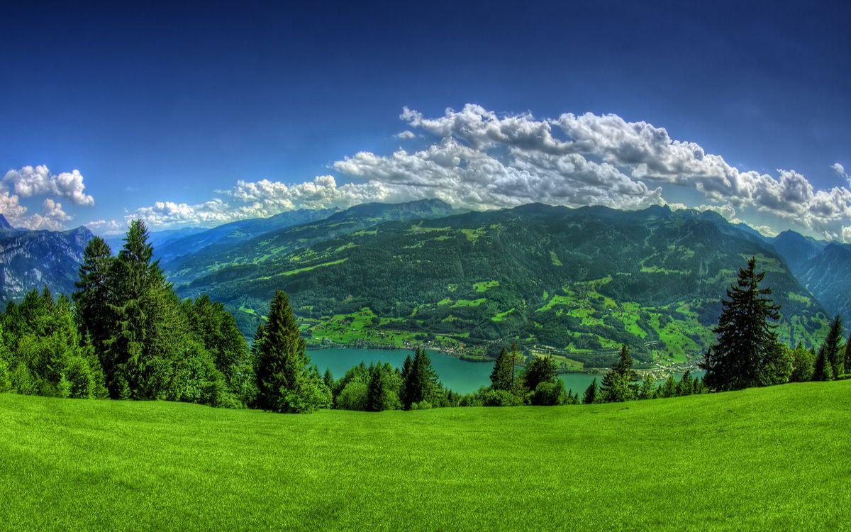 Обои горы, трава, деревья, река, небо, облака картинки на телефон