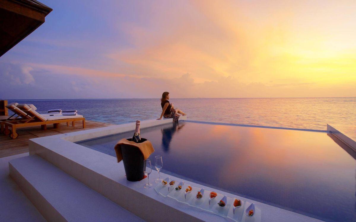 Фото бесплатно вилла, берег моря, бассейн, девушка, шампанское, бокалы, пейзажи