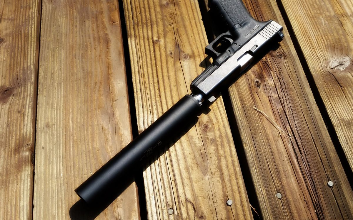 Фото бесплатно пистолет, ствол, глушитель, курок, рукоять, доски, оружие