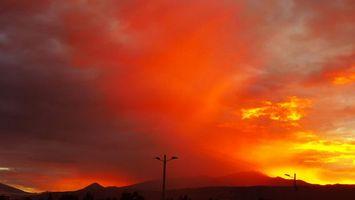 Бесплатные фото столбы,фонари,горы,небо,облака,закат,красный