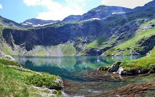 Бесплатные фото озеро,камни,трава,горы,снег,небо,облака