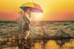Бесплатные фото закат,девушка,зонт,брызги,море,настроение