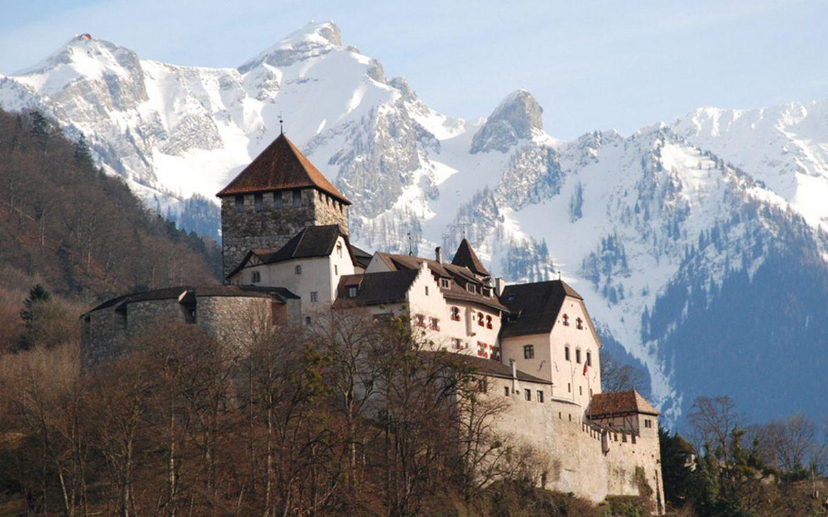 Фото бесплатно замок, крепость, деревья, горы, снег, небо, пейзажи
