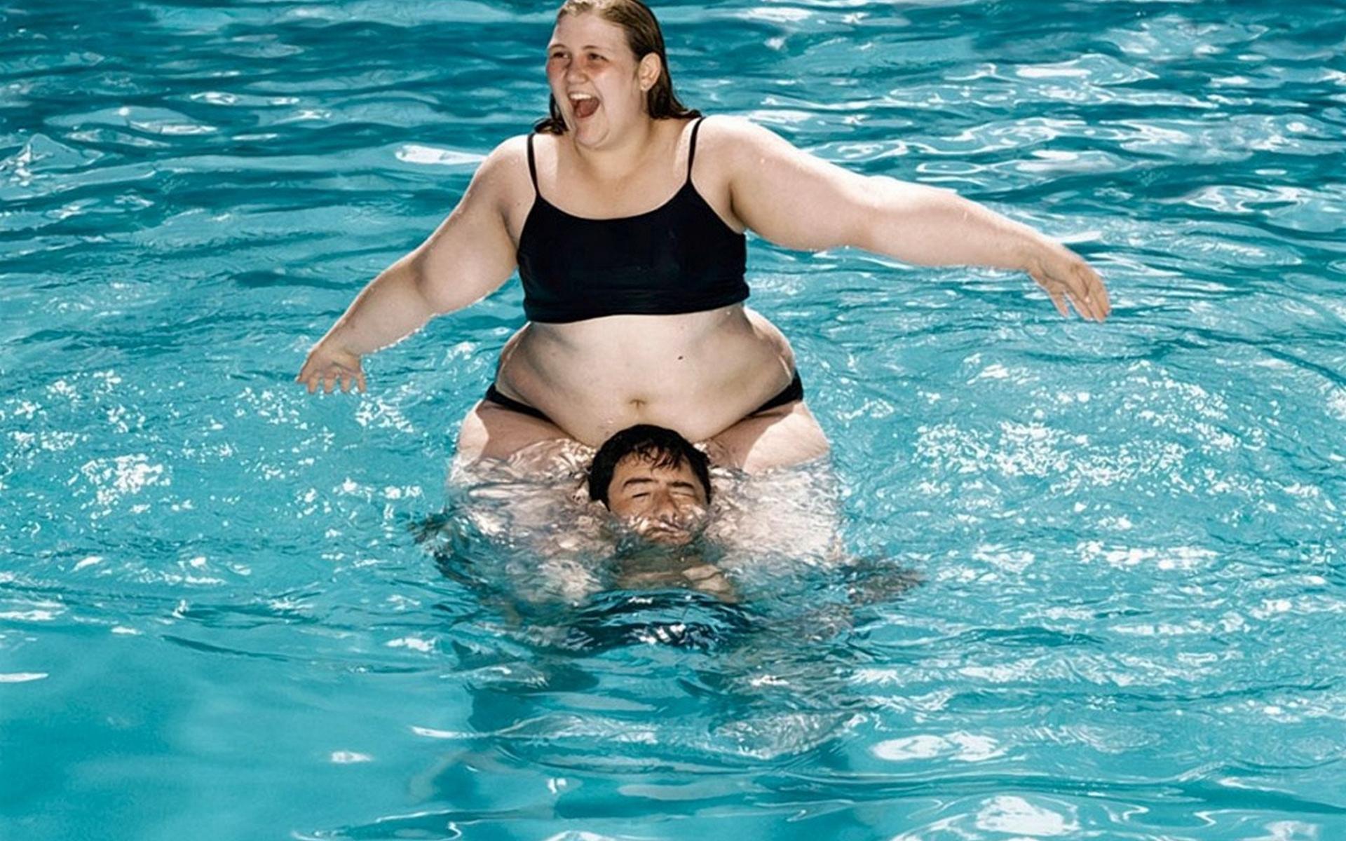 Обои девушка толстая, на шее, парень, вода