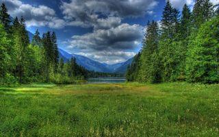 Бесплатные фото поляна,трава,деревья,река,горы,небо,облака