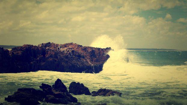 Заставки волны, скала, брызги