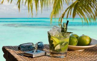 Бесплатные фото отдых, тропики, море, пальмы, стол, коктейль, очки