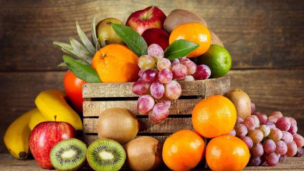 Бесплатные фото ящик,фрукты,бананы,яблоки,киви,виноград,апельсины,лайм,листья