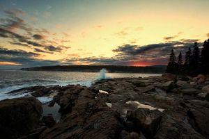 Бесплатные фото закат,море,волны,скалы,берег,деревья,пейзаж