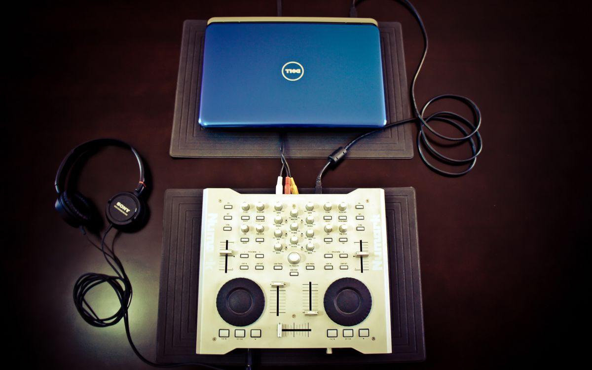 Фото бесплатно диджей пульт, регуляторы, провода - на рабочий стол