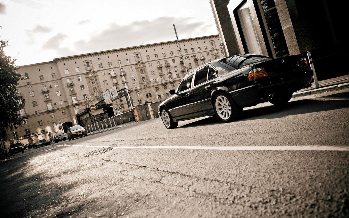 Фото бесплатно бмв, черная, фонари, диски, дорога, автомобили, улица, дома, здания, город, машины