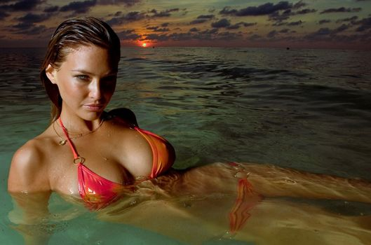 Фото бесплатно брюнетка, мокрая, пляж