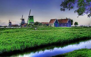 Фото бесплатно деревня, дома, мельницы ветряные, трава, арык, деревья