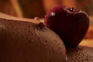 Заставки девушка, сиськи, сосок, мокрая, яблоко
