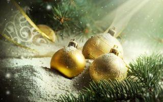Фото бесплатно Новогодние шары, лента, еловые ветки, снег