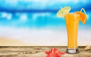 Фото бесплатно стакан, сок, зонтик, трубочка, долька апельсина, ракушки, стол