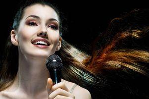 Бесплатные фото красивая девушка,поет,музыка,микрофон,улыбка,настроение