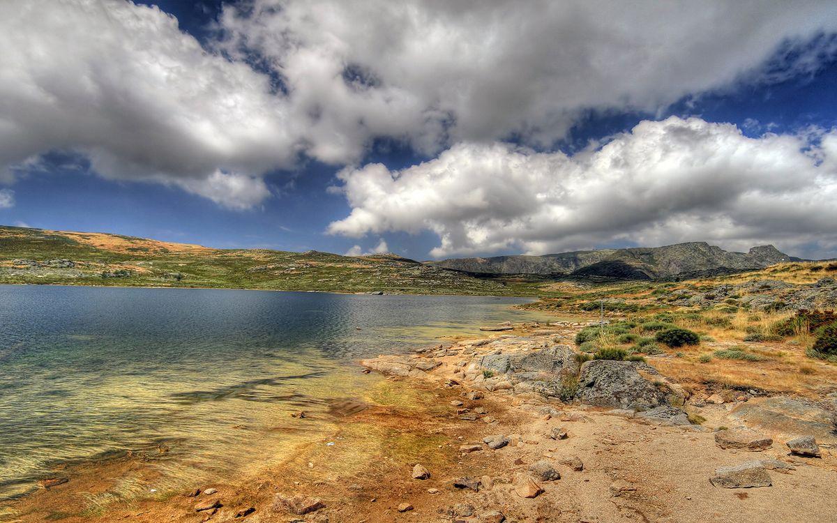 Фото бесплатно озеро, берег, камни, трава, холмы, сопки, небо, облака, природа