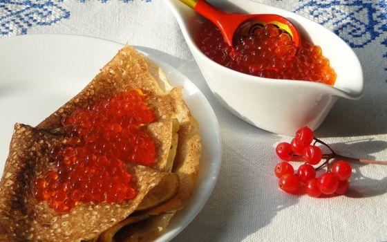 Бесплатные фото тарелка,блины,икра красная,ложка деревянная,соусник,веточка ягода