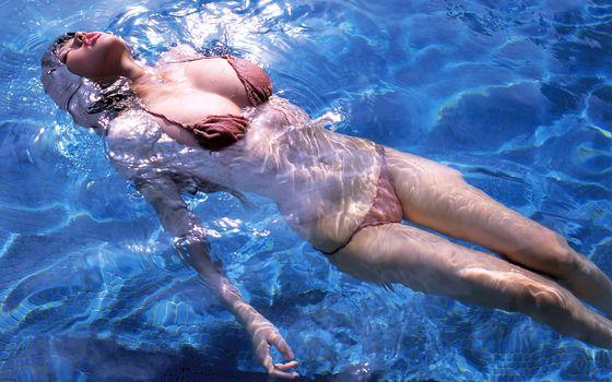 Заставки девушка в бассейне, купальник