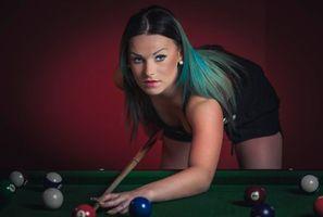 Заставки model, Natalia, девушка, модель, красотка, Биллиард, игра, шары, настроение, взгляд