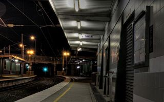 Бесплатные фото ночь,станция,перрон,железная дорога,столбы,фонари