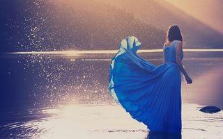 Фото бесплатно девушка, волосы длинные, платье синее, брызги, озеро, горы