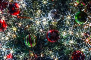 Фото бесплатно новогодние игрушки, елка, огоньки