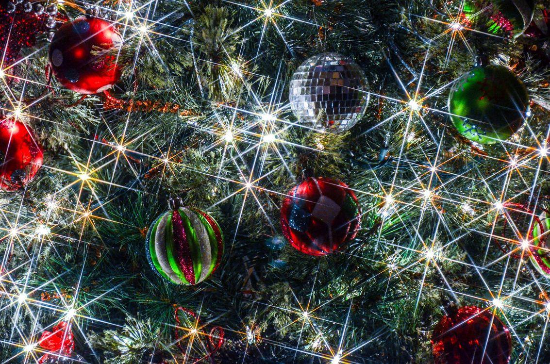 Фото бесплатно новогодние игрушки, елка, огоньки, новый год