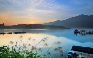 Фото бесплатно горы, растительность, озеро, дымка, пристань, судна