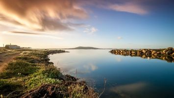 Бесплатные фото река,берег,камни,трава,строение,небо,облака