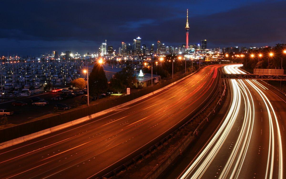 Фото бесплатно ночь, дорога, автомобили, скорость, огни, дома, здания, башня, город