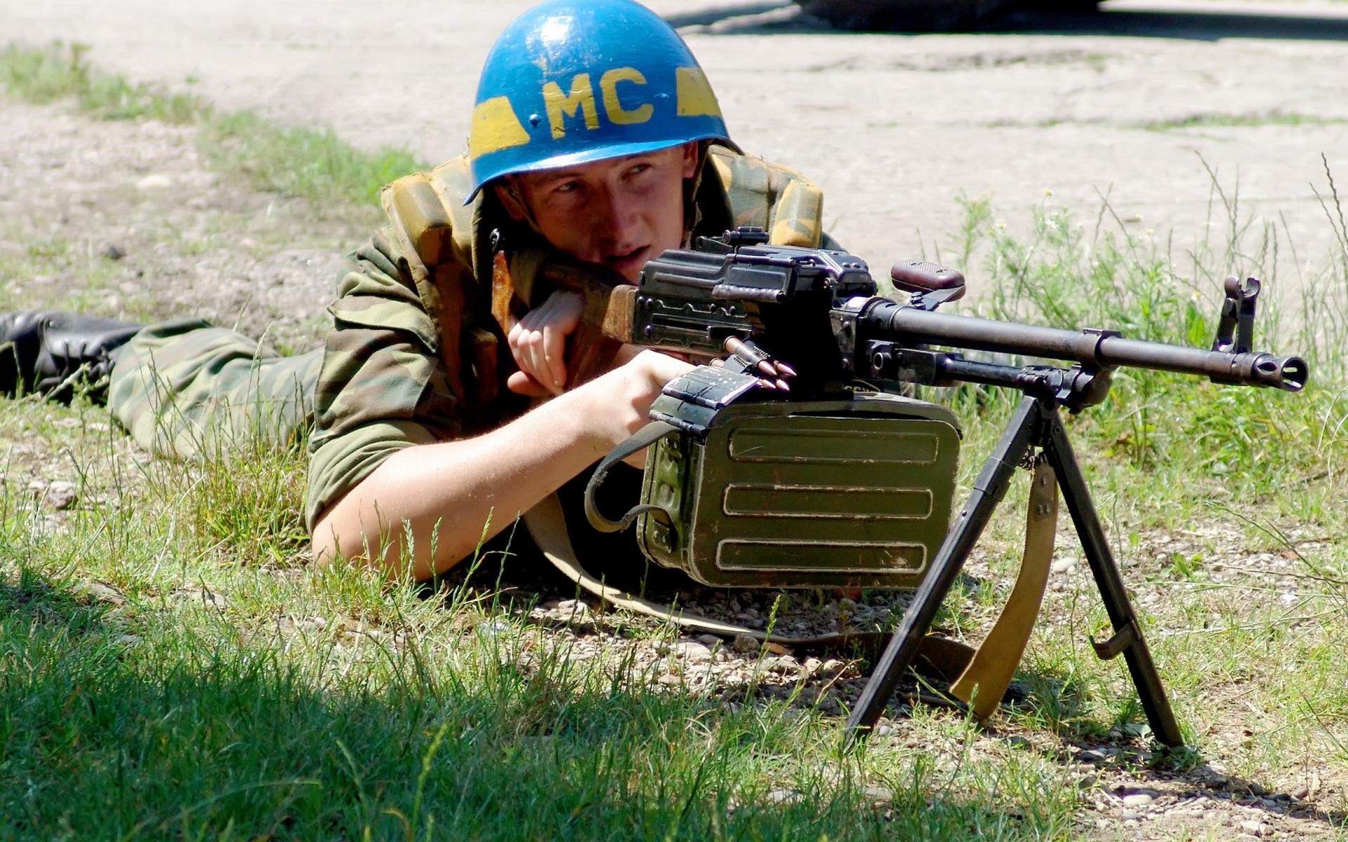Обои солдат, миротворческие силы, шлем, пулемет