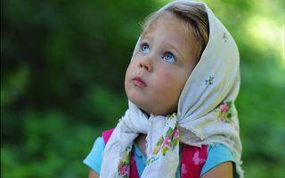 Бесплатные фото девочка,ребенок,платок,глаза голубые,взор