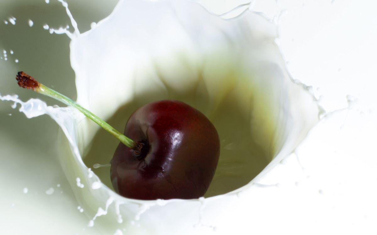 Фото бесплатно ягода, вишня, хвостик, молоко, всплеск, брызги, еда