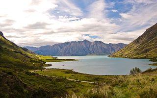 Бесплатные фото озеро,дорога,трава,горы,скалы,небо,облака