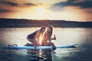 Обои девушки и серфинг, доска, закат, бутылка пива, отдых, смех